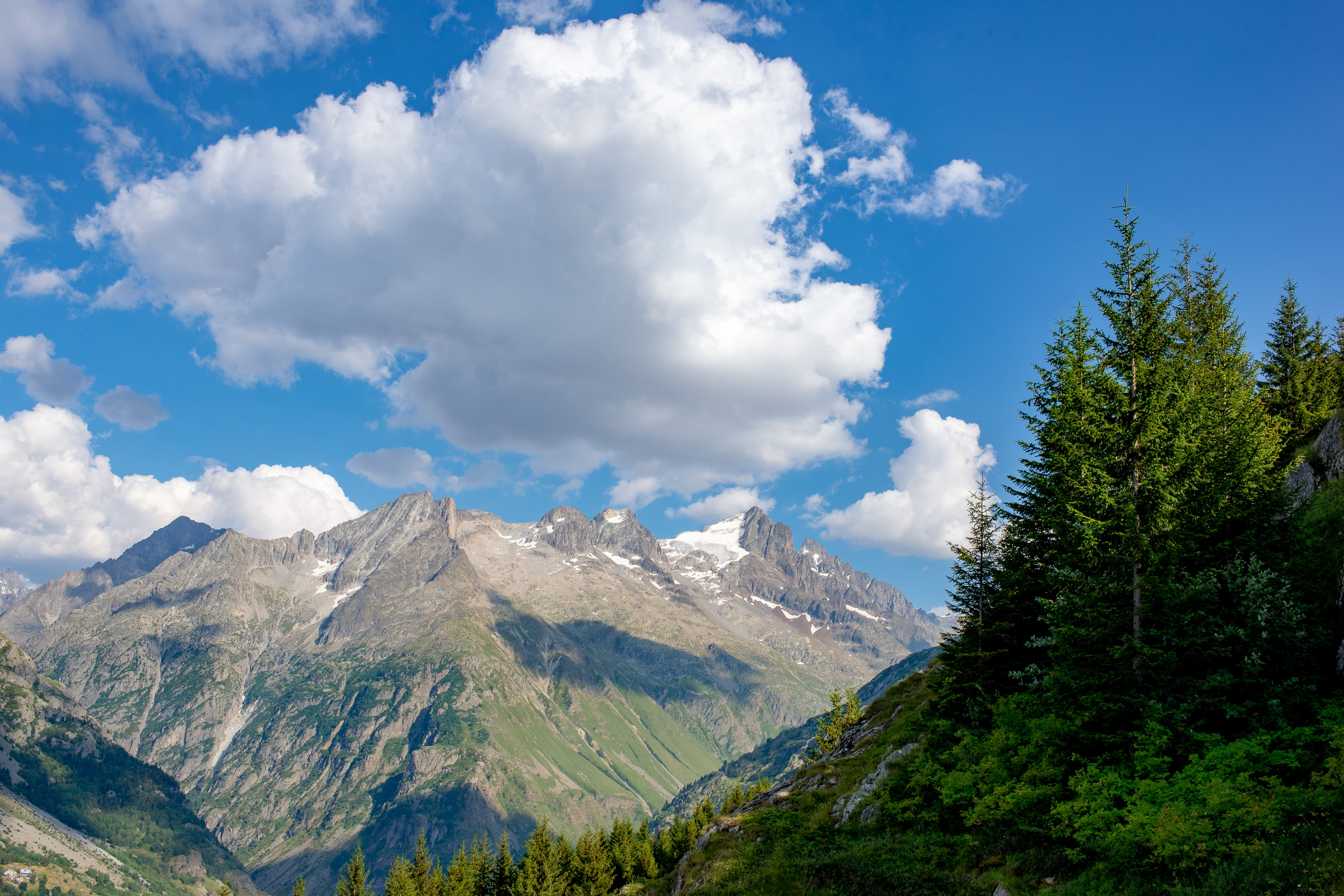 Massif de l'Oisans dans les Alpes du nord en août 2018